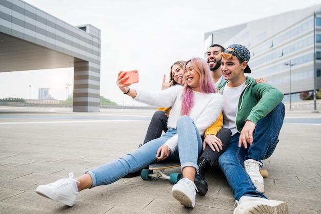 Groep jonge vrienden die een selfie in de stad nemen