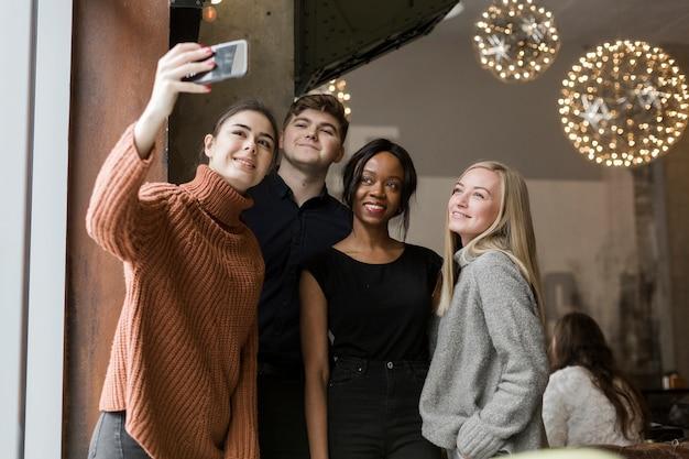 Groep jonge vrienden die een selfie samen nemen