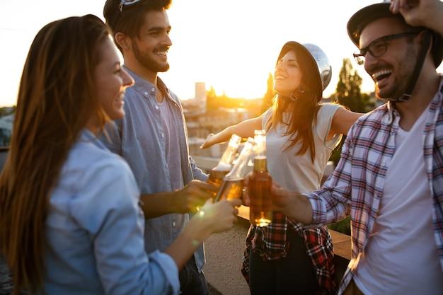 Groep jonge vrienden die genieten van een zomerfeest in de buitenlucht