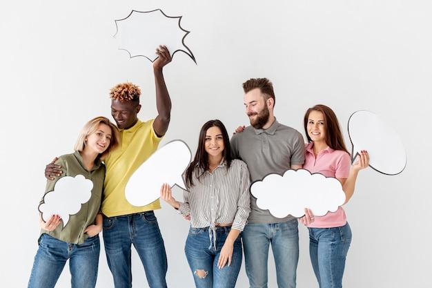 Groep jonge vrienden met praatjebellen