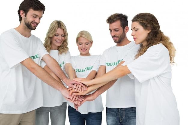 Groep jonge vrijwilligers met handen samen