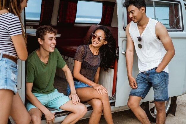 Groep jonge vrolijk en glimlachend terwijl leunend op retro stijl