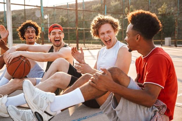 Groep jonge vrolijke multi-etnische mannen