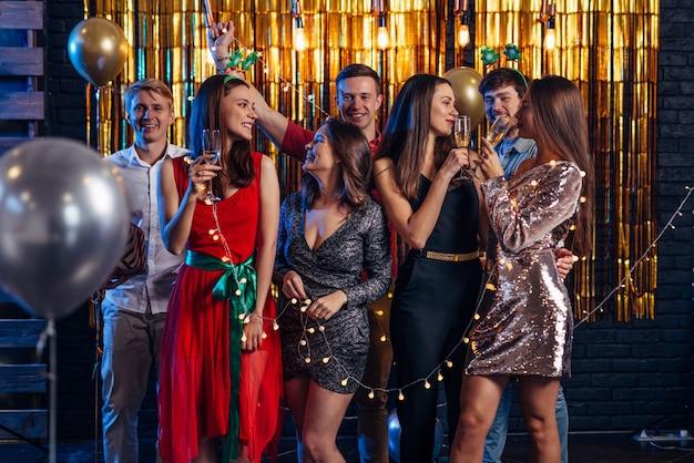 Groep jonge vrouwen die nieuwe jarenvooravond vieren.