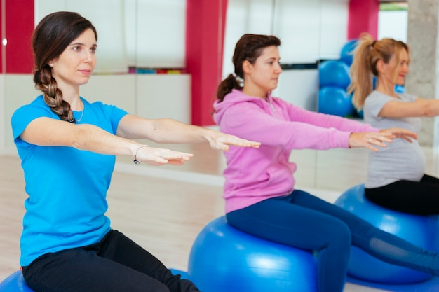 Groep jonge vrouwen die yoga uitoefenen bij een gezondheidskliniek