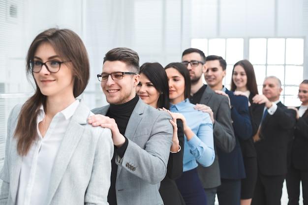 Groep jonge zakenmensen die achter elkaar staan. het concept van teamwerk