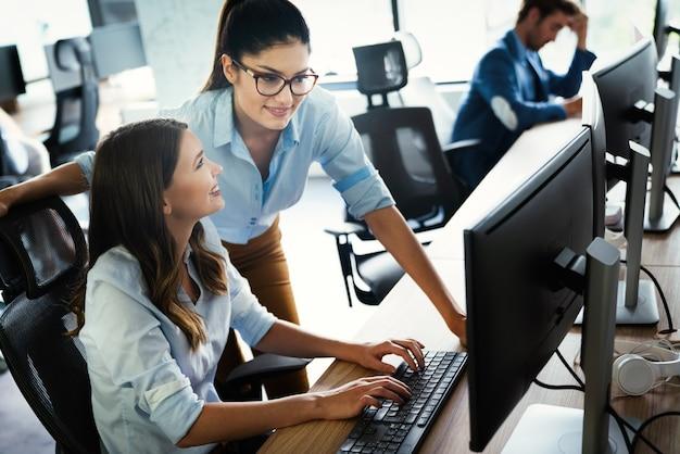 Groep jonge zakenmensen die werken, brainstormen en communiceren op kantoor