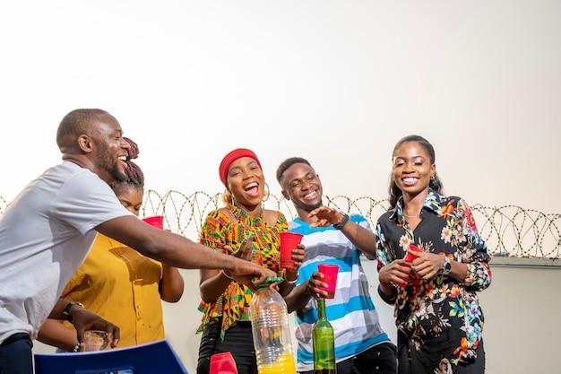 Groep jonge zwarte mensen die een feest geven, veel plezier hebben, een reüniefeest