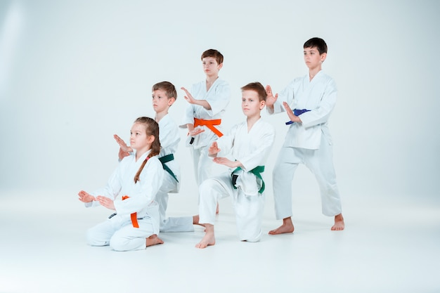 Groep jongens en meisjes vechten op aikido training in martial arts school. gezonde levensstijl en sport concept