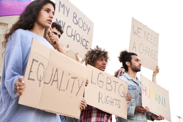 Groep jongeren demonstratie voor rechten bij de gay pride