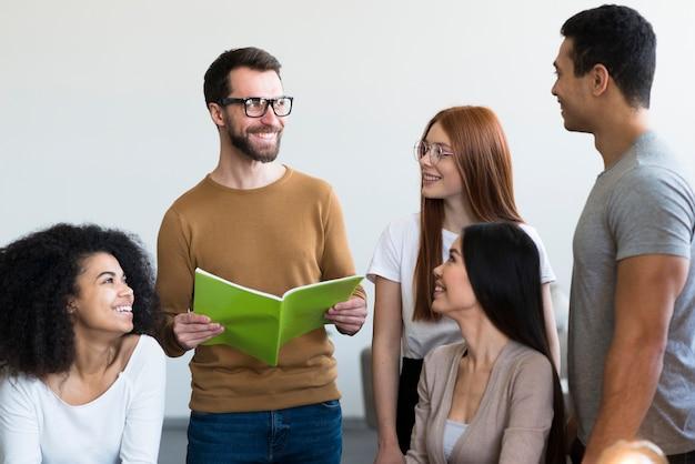 Groep jongeren die aan een project samenwerken