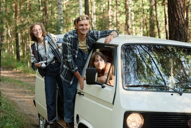 Groep jongeren die met een busje gaan en genieten van het prachtige uitzicht op de natuur