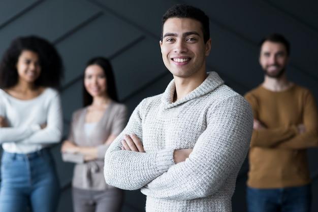 Groep jongeren die samen stellen