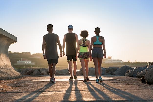 Groep jongeren die sporten in openlucht samen doen