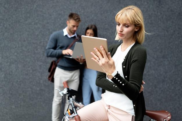Groep jongeren die verschillende digitale apparaten buiten houden. technologieconcept.