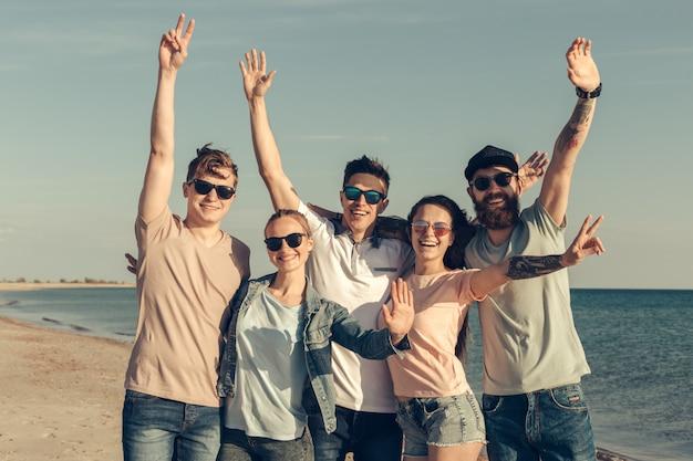 Groep jongeren genieten van zomerfeest op het strand