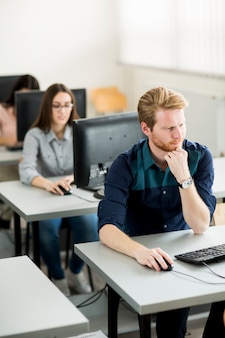 Groep jongeren in cursus in klaslokaal