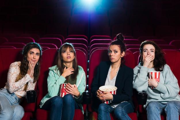 Groep jongeren in de bioscoop