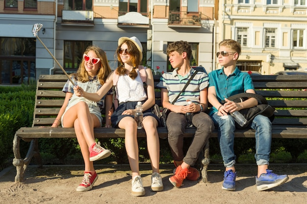 Groep jongeren is buitenshuis plezier samen