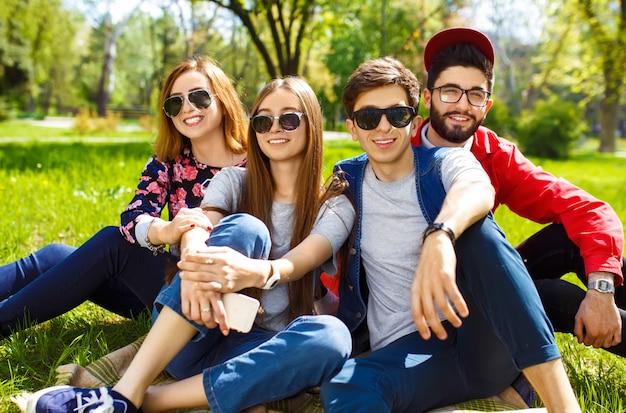 Groep jongeren plezier buitenshuis. lachende gezichten. leuke sfeer. zomer levensstijl