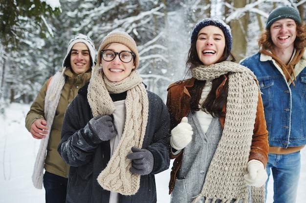 Groep jongeren plezier op vakantie
