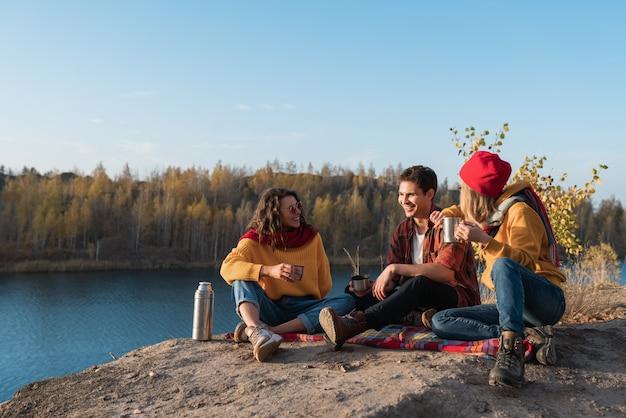 Groep jongeren rusten in de natuur