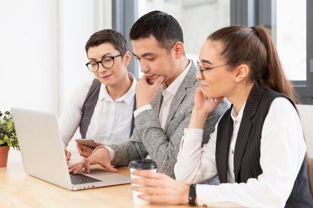 Groep jongeren samen te werken