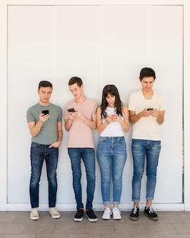 Groep jongeren sms'en