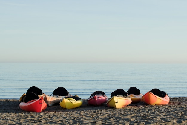 Groep kano's op het strand, de zee op de achtergrond