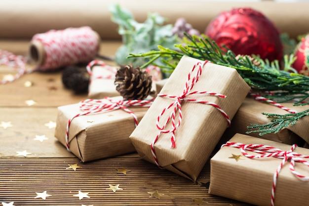 Groep kerst cadeau vakken verpakt in kraft papier.