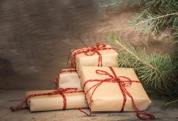 Groep kerstcadeaus op rustiek hout