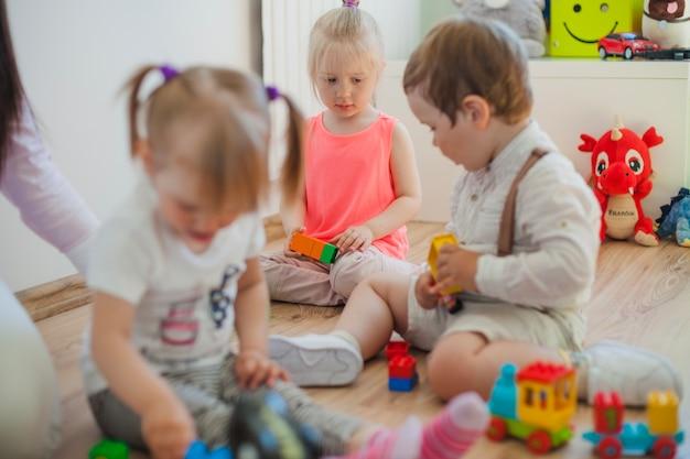 Groep kinderdagverblijven in speelkamer