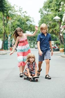 Groep kinderen die buiten spelen