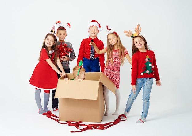 Groep kinderen die kerstmisverrassing voorbereiden