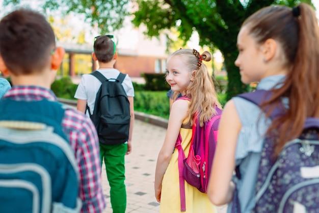 Groep kinderen die samen naar school gaan.
