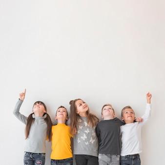 Groep kinderen die samen stellen