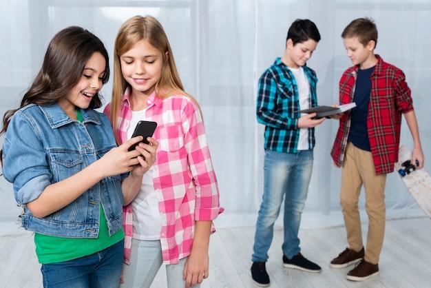 Groep kinderen die verschillende activiteiten doen