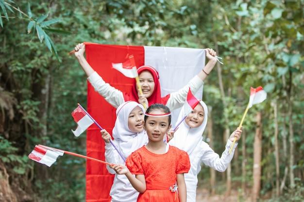 Groep kinderen die vlag houden