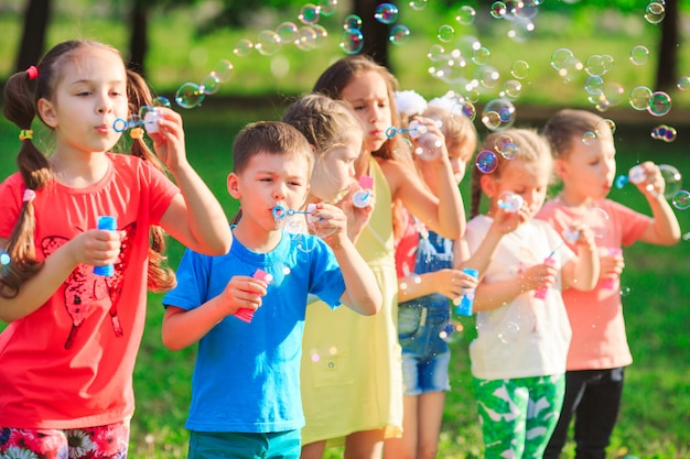 Groep kinderen die zeepbels blazen