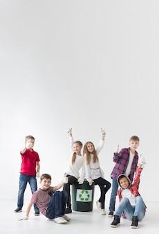 Groep kinderen graag samen recyclen