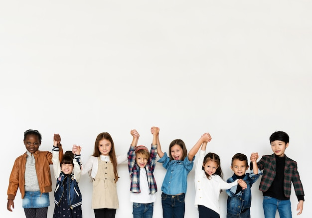 Groep kinderen holding hands face expression happiness glimlachend op white blackground