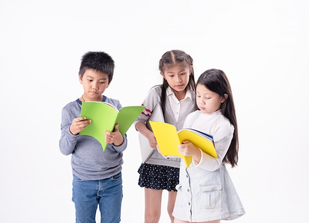 Groep kinderen lezen boek togeter, met geïnteresseerd gevoel ,, samen activiteiten doen