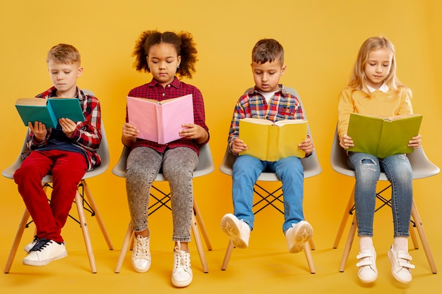 Groep kinderen lezen
