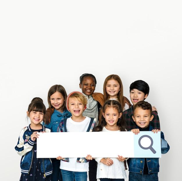 Groep kinderen met het zoeken van teken