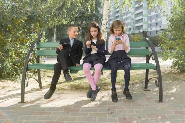 Groep kinderen met mobiele telefoons