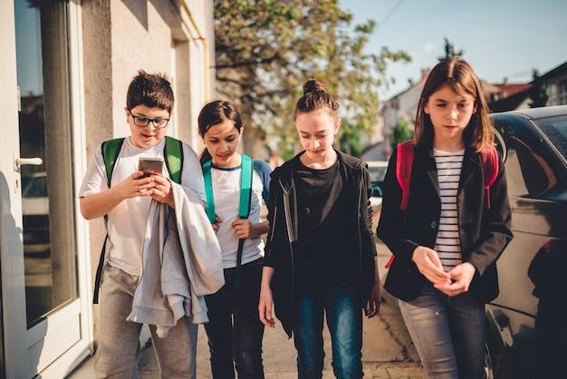 Groep kinderen op naar school