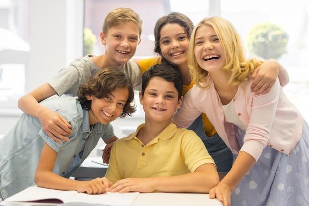 Groep kinderen op school