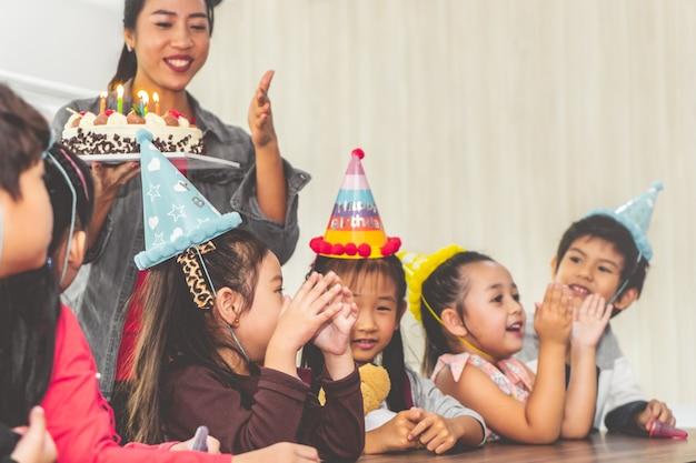 Groep kinderen op verjaardagsfeestje