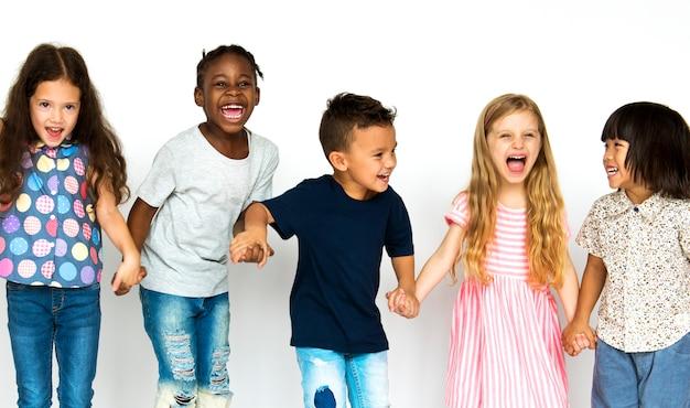 Groep kinderen plezier samen genieten van geluk