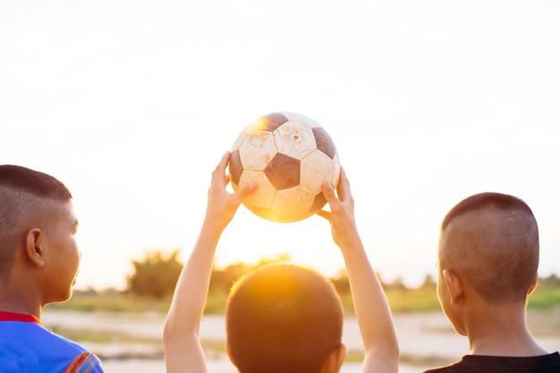 Groep kinderen plezier spelen voetballen voor oefening
